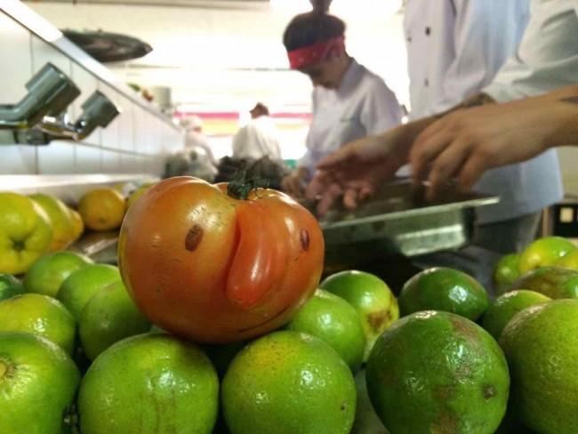 """O tomate """"feio"""" que pela aparência iria para o lixo, ao lado de outros ingredientes, virou prato no Disco Xepa realizado no ano passado no Museu Oscar Niemeyer – MON, que foi parceiro da iniciativa. Voluntários pintaram os olhos e boca no tomatinho"""