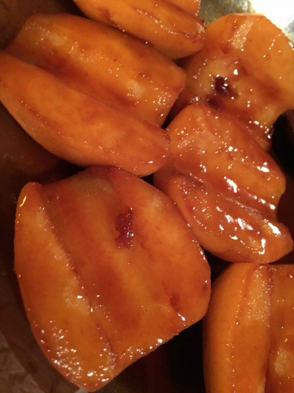 Três peras cortadas ao meio e carameladas com três colheres de açúcar, duas de manteiga e 300ml de água por cinco minutos