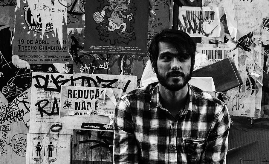 Colagens e sobreposições feitas com pedaços de papel, encontrados nas caminhadas que o artista faz, transformaram-se em novos desenhos e voltaram ao papel. Foto: Daniel Castellano