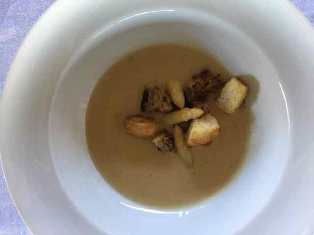A sopa foi servida com croutons, os pedaços de pão fritos na manteiga, que devem ser menores do que os da foto, por favor. Usei dois tipos de pães, era o que eu tinha em casa.