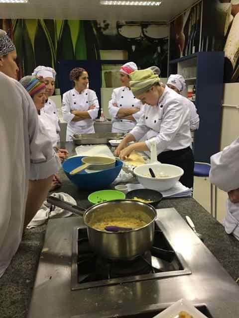 Flávia Gazola ensinando os alunos da pós-graduação