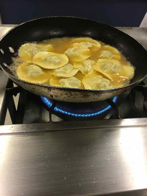 O tucupi vai na carne e depois o ravióli é cozido no caldo para acentuar o sabor
