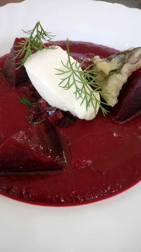 A borscht ganhou tempurá com as folhas da beterraba